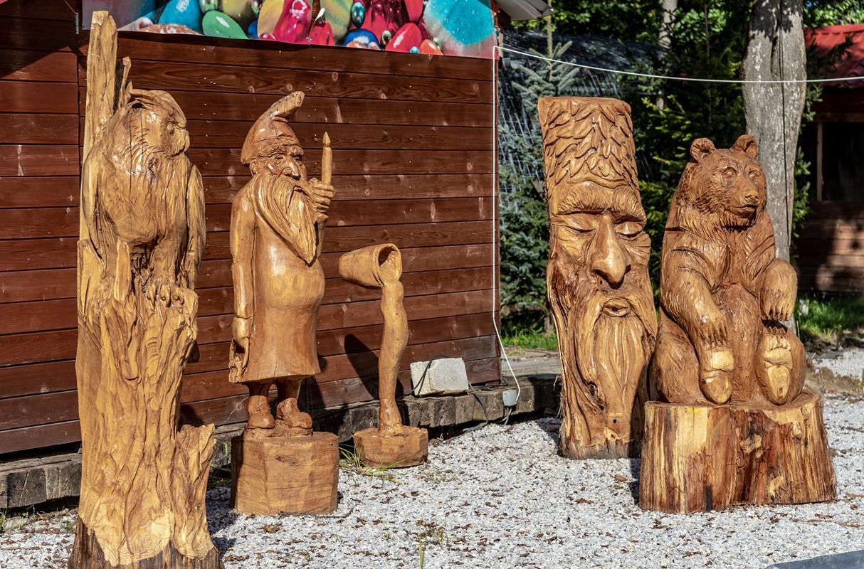 Imanje Salajevih krase i drvene skulpture umjetnika Reichmanna